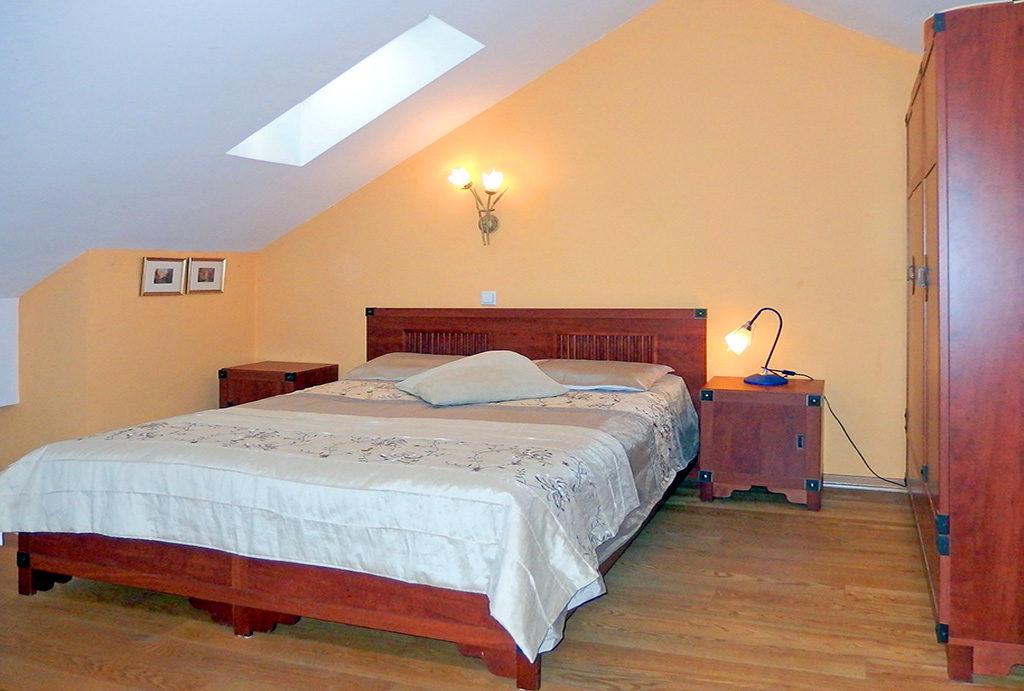 zdjęcie prezentuje prywatną, elegancką sypialnię w mieszkaniu na sprzedaż Wrocław Krzyki