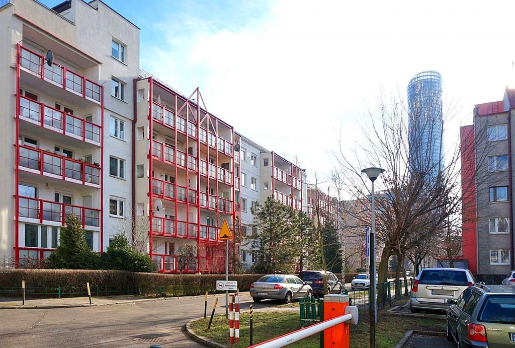 widok od strony osiedla i ulicy na blok we Wrocławiu, w którym znajduje się oferowane na wynajem mieszkanie