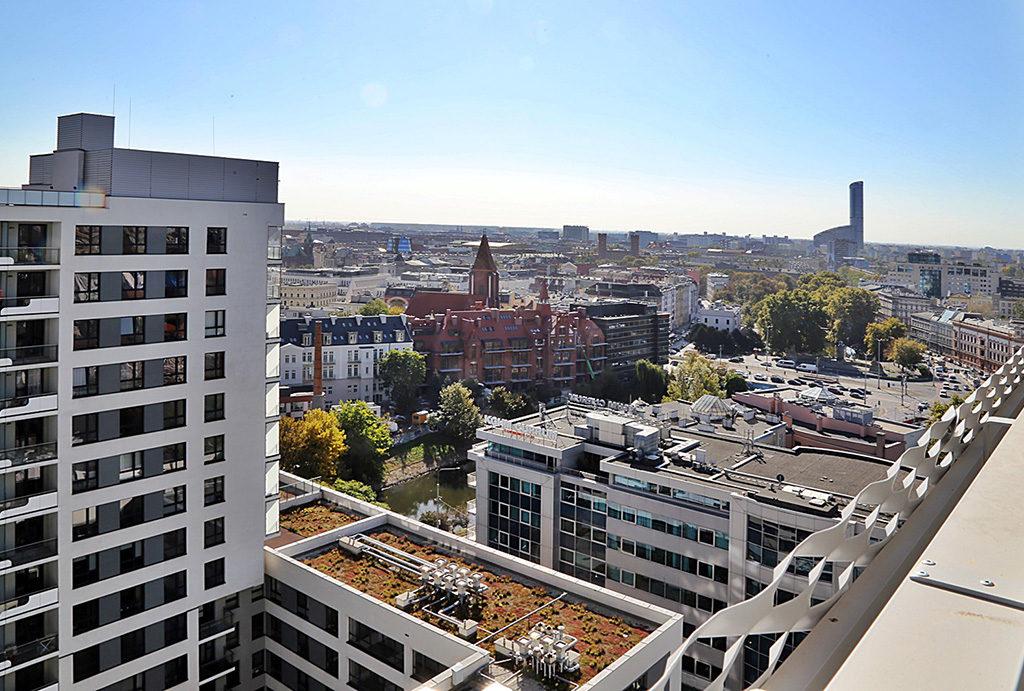 imponujący widok na panoramę miasta z balkonu w mieszkaniu do wynajęcia Wrocław Stare Miasto