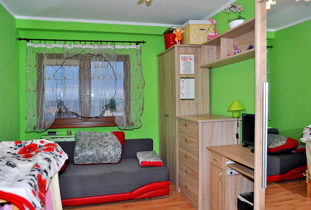 zdjęcie prezentuje pokój dla dziecka w mieszkaniu do sprzedaży Wrocław (okolice)