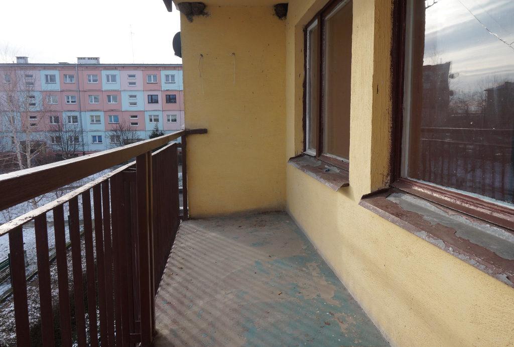 balkon z widokiem na osiedle w mieszkaniu na sprzedaż Wrocław (okolice)