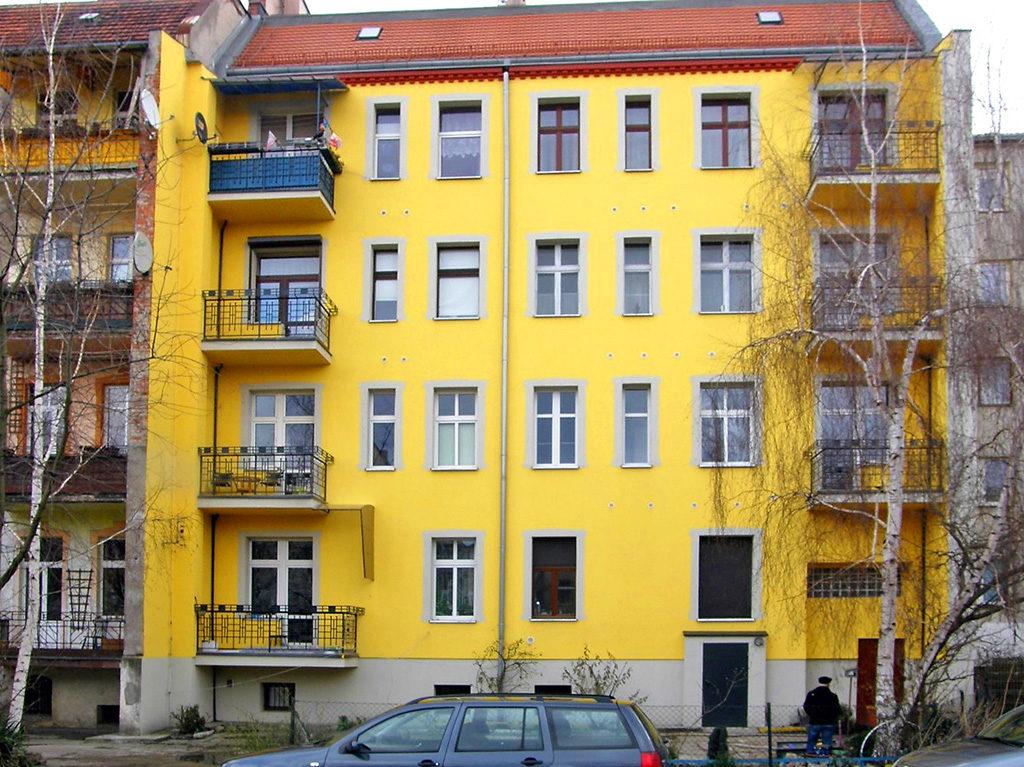widok na kamienicę, w której znajduje się oferowane na sprzedaż mieszkanie Wrocław Śródmieście