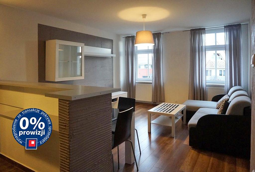 zdjęcie przedstawia prestiżowy salon w mieszkaniu do sprzedaży Wrocław Śródmieście