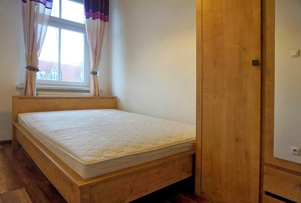 zaprojektowana w klasycznym sypialnia w mieszkaniu na sprzedaż Wrocław Śródmieście
