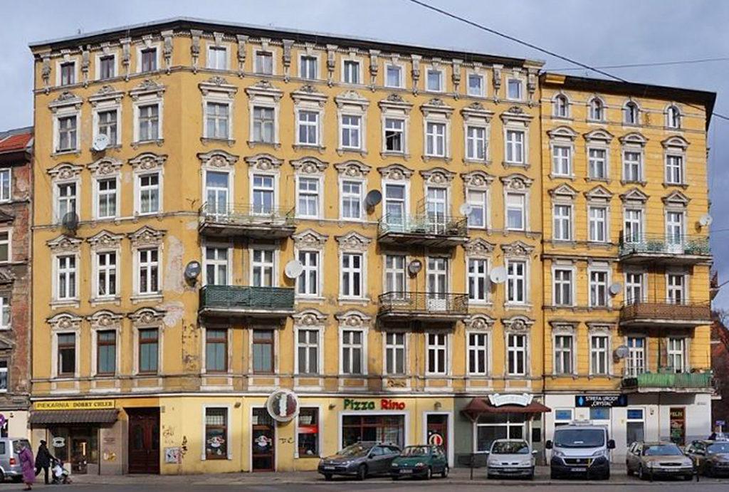 widok na kamienicę, w której znajduje się oferowane do sprzedaży mieszkanie Wrocław Śródmieście