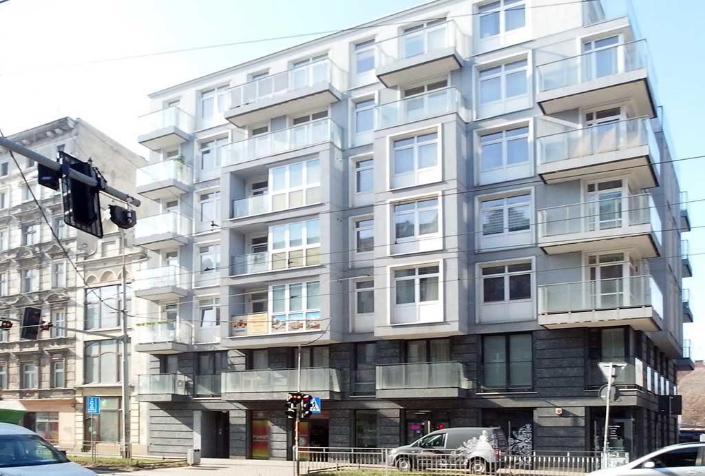 widok z ulicy na blok, w którym znajduje się oferowane na sprzedaż mieszkanie Wrocław, Śródmieście