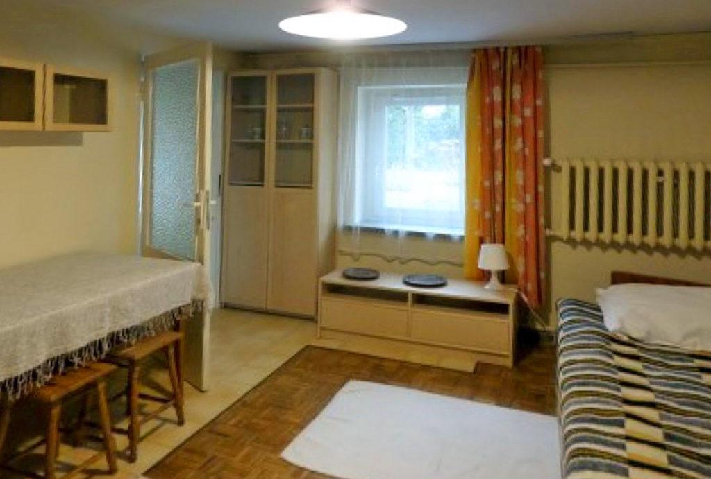 widok z innej perspektywy na salon w mieszkaniu do wynajmu Wrocław Śródmieście