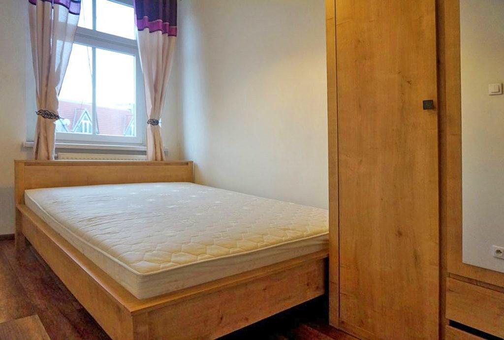 fragment zacisznej, eleganckiej sypialni w mieszkaniu na wynajem Wrocław Śródmieście
