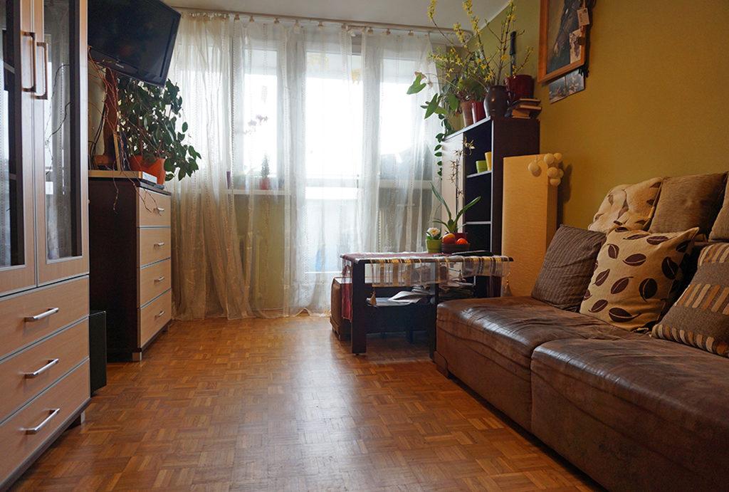 zdjęcie przedstawia prestiżowy salon w mieszkaniu do sprzedaży Wrocław Fabryczna