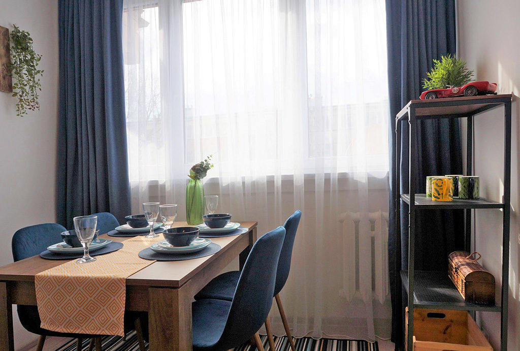 na pierwszym planie jadalnia w mieszkaniu na wynajem Wrocław Fabryczna