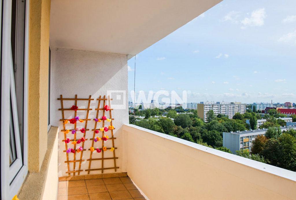 duży balkon z przepięknym widokiem na panoramę miasta w mieszkaniu do sprzedaży Wrocław urządzony niezwykle stylowo salon w mieszkaniu do sprzedaży Wrocław Krzyki