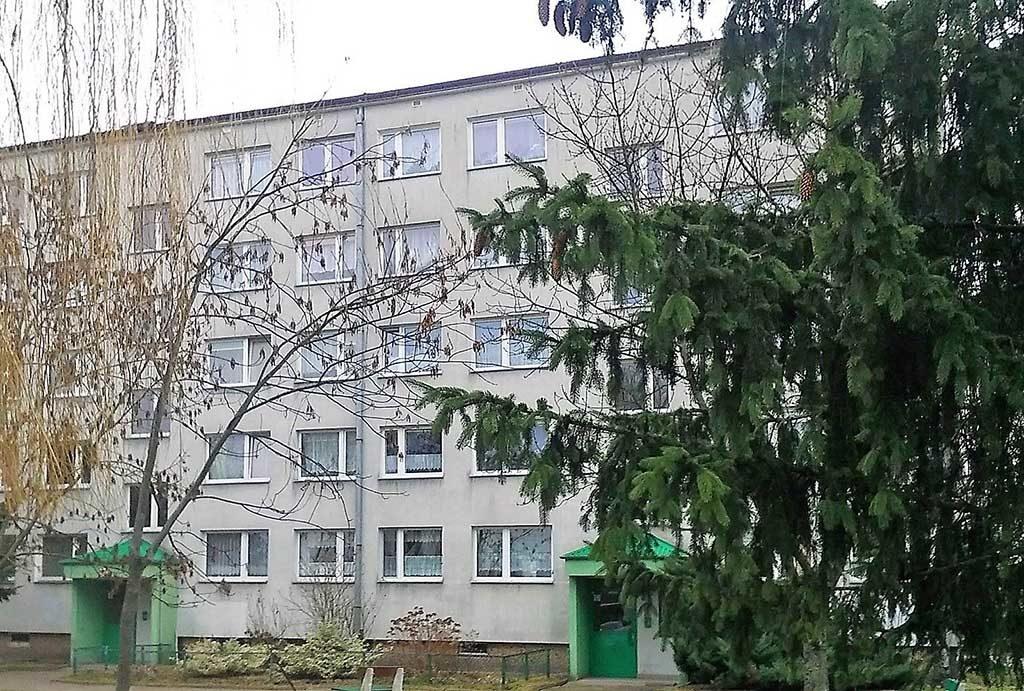 widok z ulicy na blok, w którym mieści się oferowane na sprzedaż mieszkanie Wrocław Psie Pole