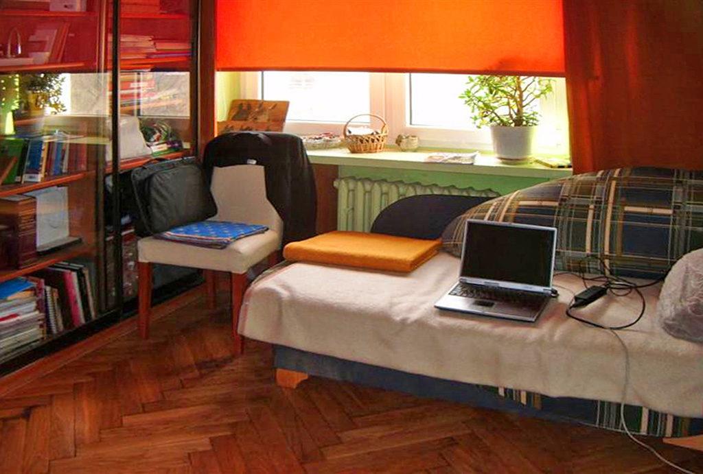 zdjęcie przedstawia umeblowany salon w mieszkaniu na sprzedaż Wrocław Stare Miasto