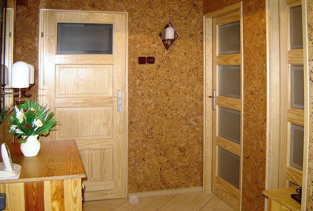przedpokój w drewnie znajdujący się w mieszkaniu do wynajmu Wrocław Stare Miasto