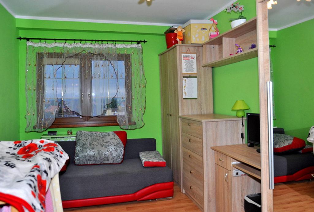 jeden z komfortowych pokoi w mieszkaniu na sprzedaż Wrocław (okolice)
