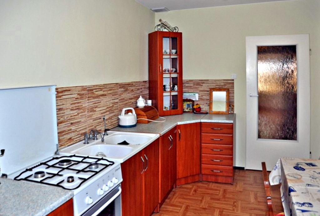 zabudowana w stylu klasycznym kuchnia w mieszkaniu na sprzedaż Wrocław (okolice)