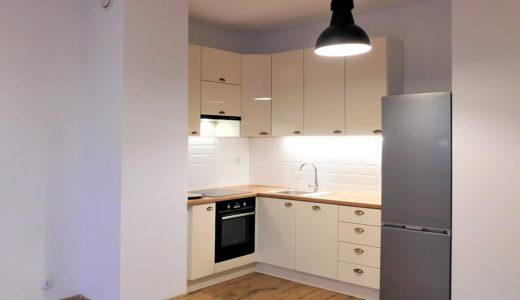 zadbana kuchnia w zabudowie w mieszkaniu do wynajmu Wrocław okolice