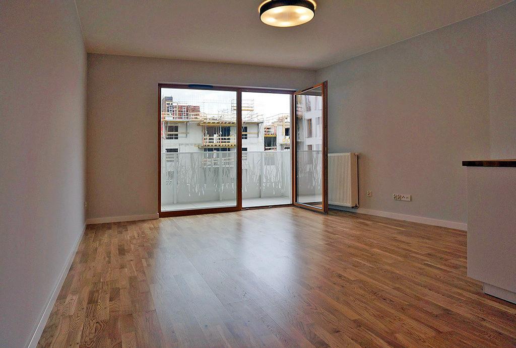 przestronny salon w mieszkaniu do sprzedaży Wrocław Śródmieście