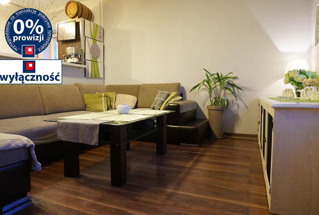 widok z innej perspektywy na komfortowy salon w mieszkaniu do sprzedaży Wrocław Fabryczna