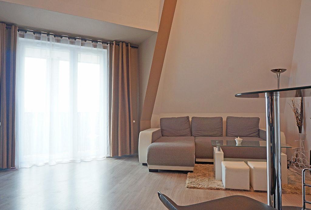 na zdjeciu fragment salonu w mieszkaniu na sprzedaż Wrocław Fabryczna