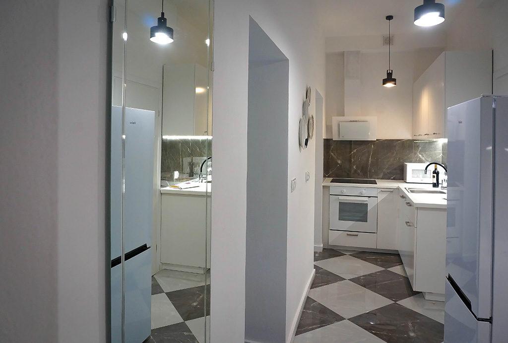 po prawej kuchnia, po lewej łazienka w mieszkaniu do sprzedaży Wrocław Krzyki