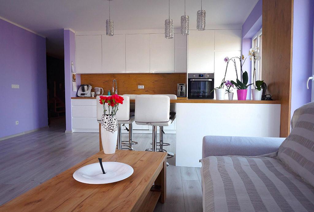 widok z salonu na aneks kuchenny w mieszkaniu na sprzedaż Wrocław Krzyki