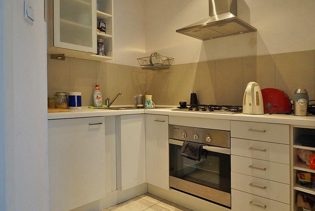 zabudowana w klasycznym stylu kuchnia w mieszkaniu do sprzedaży Wrocław Stare Miasto