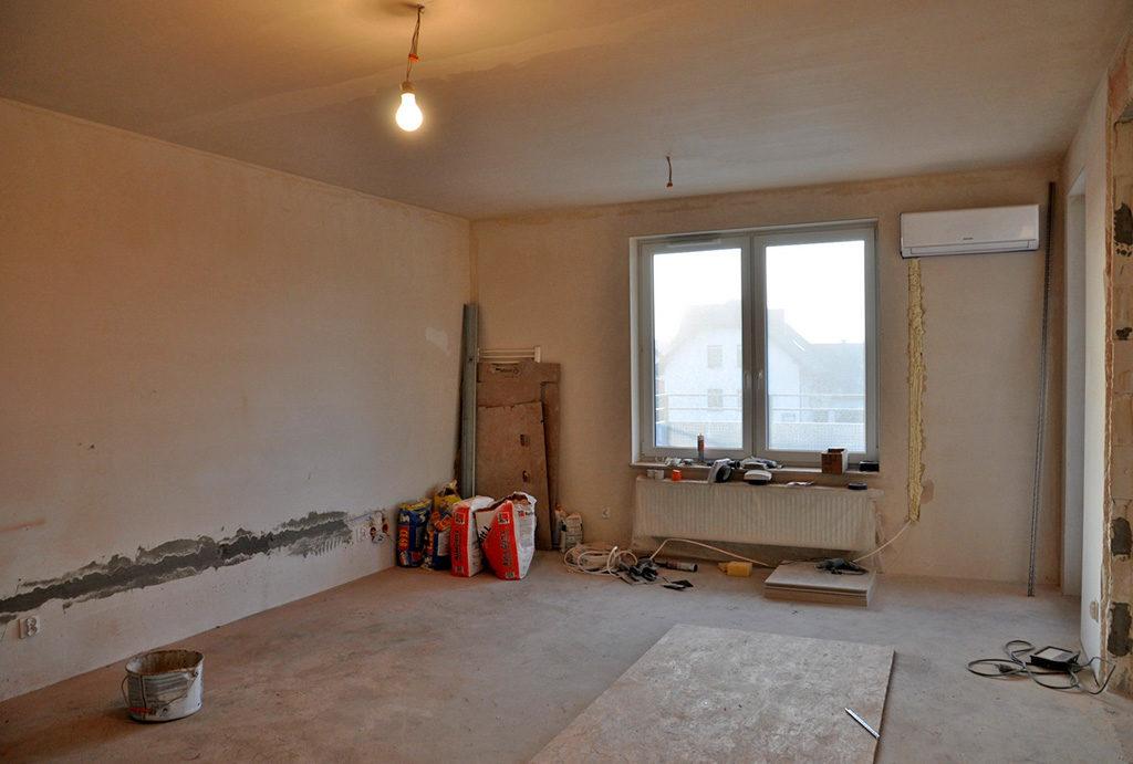 widok na jeden z niewykończonych pokoi w mieszkaniu do sprzedaży Wrocław (okolice)