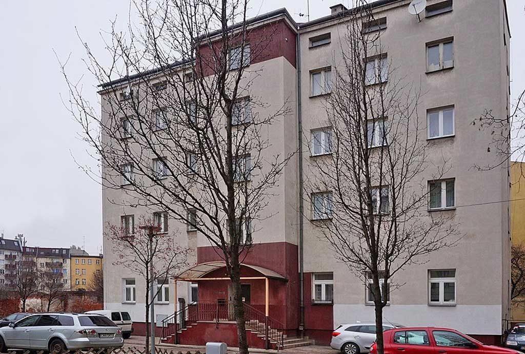 zdjęcie prezentuje budynek, w którym mieści się oferowane na sprzedaż mieszkanie Wrocław
