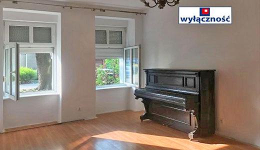 salon z pianinem w mieszkaniu do sprzedaży Wrocław Śródmieście