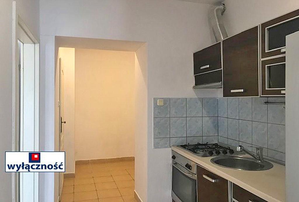 na pierwszym planie zabudowana kuchnia w mieszkaniu na sprzedaż Wrocław Śródmieście