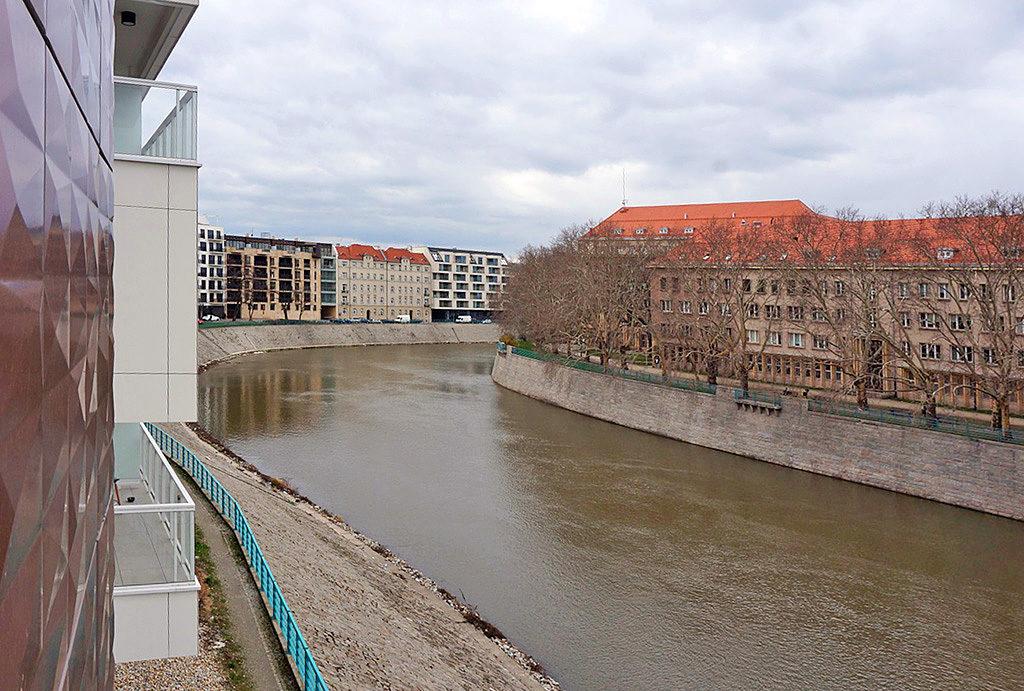 imponujący widok na okolicę i rzekę z mieszkania do sprzedaży Wrocław Śródmieście