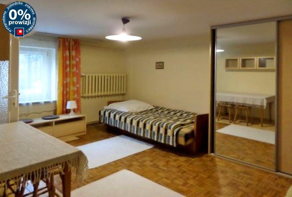 zdjęcie prezentuje komfortowy salon w mieszkaniu do wynajęcia Wrocław Śródmieście