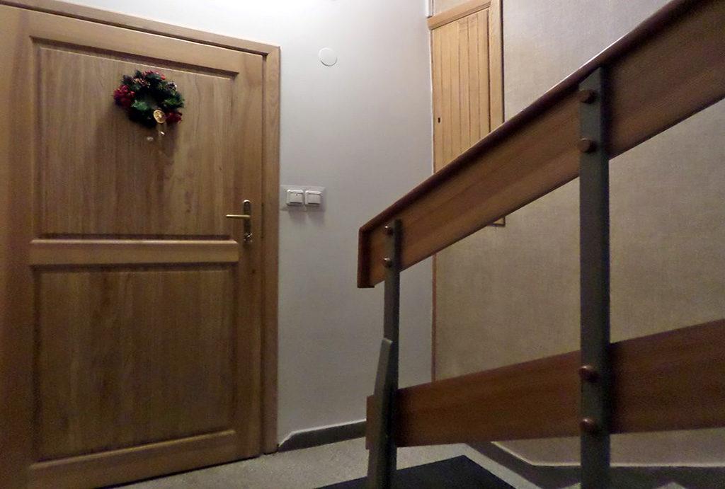 widok na klatkę schodową w budynku, gdzie mieści się oferowane na wynajem mieszkanie Wrocław Śródmieście