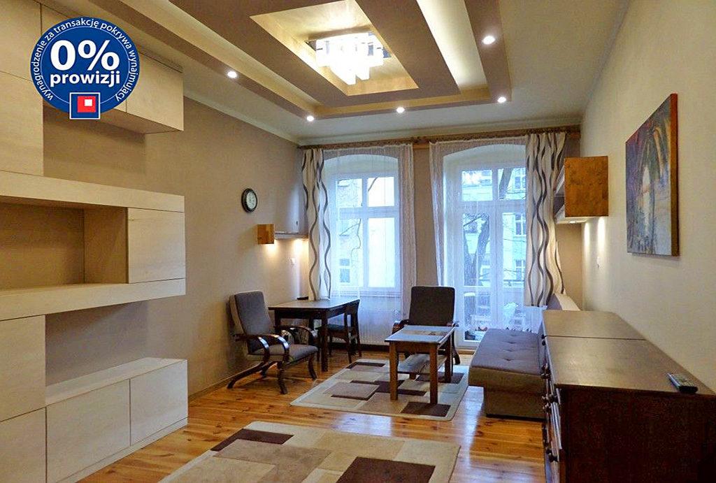 zaprojektowany w nowoczesnym stylu salon w mieszkaniu do wynajmu Wrocław Śródmieście