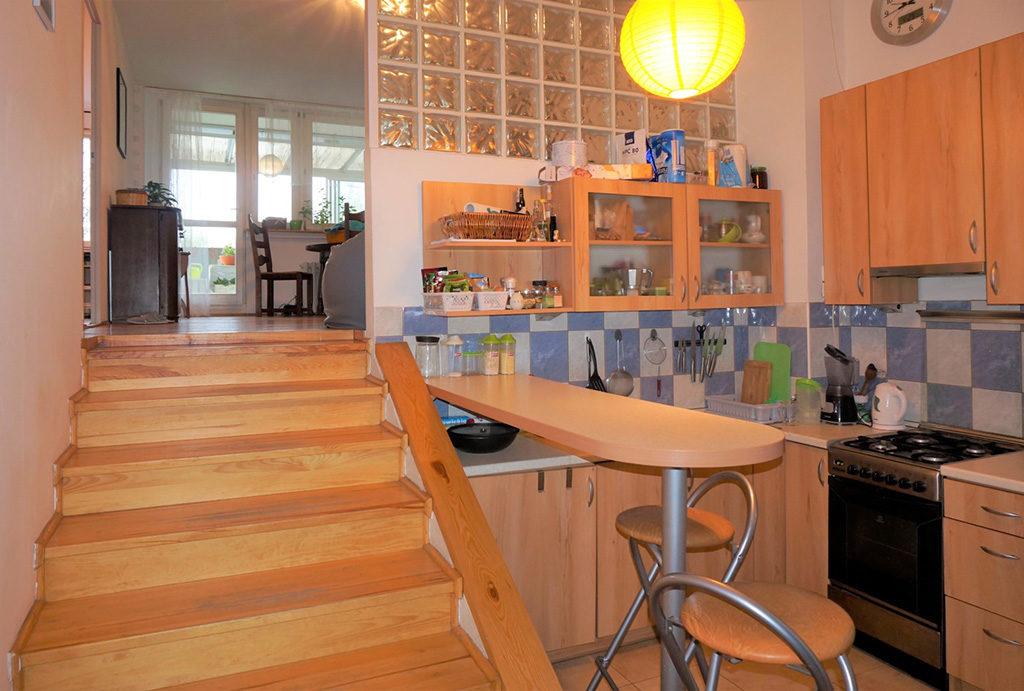 po prawej kuchnia, po lewej wejście na drugim poziom w mieszkaniu na sprzedaż Wrocław Fabryczna