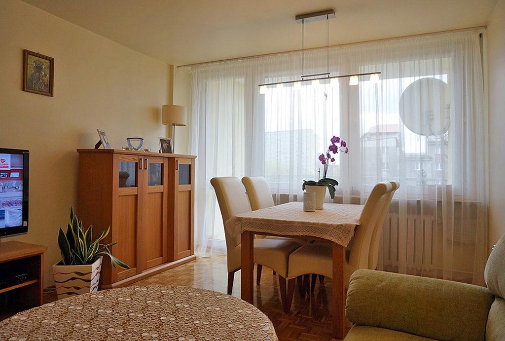 zdjęcie prezentuje wytworny salon w mieszkaniu do sprzedaży Wrocław Fabryczna