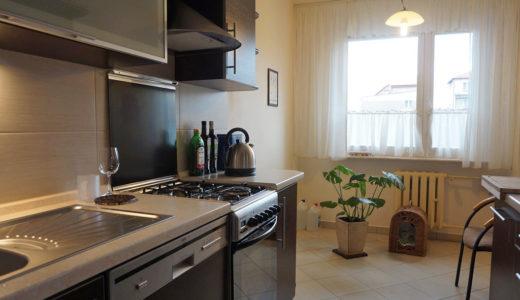 kuchnia w zabudowie znajdująca się w mieszkaniu do sprzedaży Wrocław Fabryczna