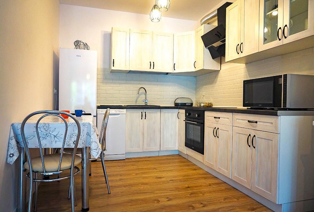 funkcjonalnie zaaranżowana kuchnia w mieszkaniu do wynajmu Wrocław Fabryczna