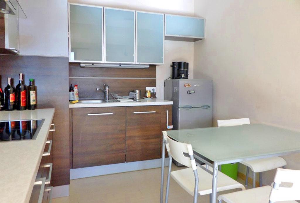 zabudowana komfortowo i funkcjonalnie kuchnia w mieszkaniu do wynajęcia Wrocław Fabryczna
