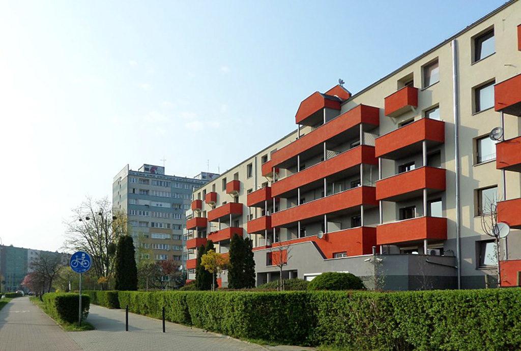 widok na całe osiedle, na którym mieści się oferowane do sprzedaży mieszkanie Wrocław Krzyki