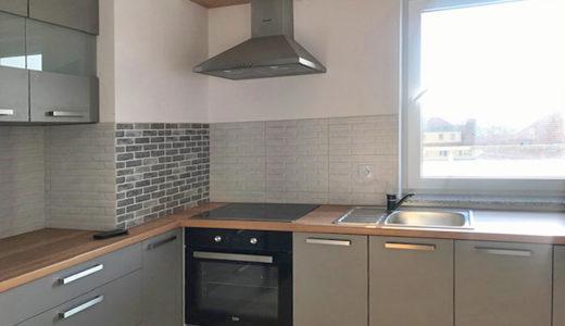 widok na funkcjonalną kuchnię w zabudowie w mieszkaniu do wynajęcia Wrocław Krzyki
