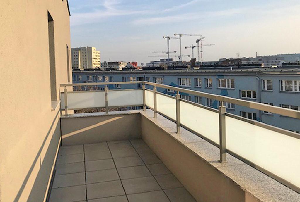 zdjęcie przedstawia imponujący widok z tarasu na okolicę w mieszkaniu na wynajem Wrocław Krzyki
