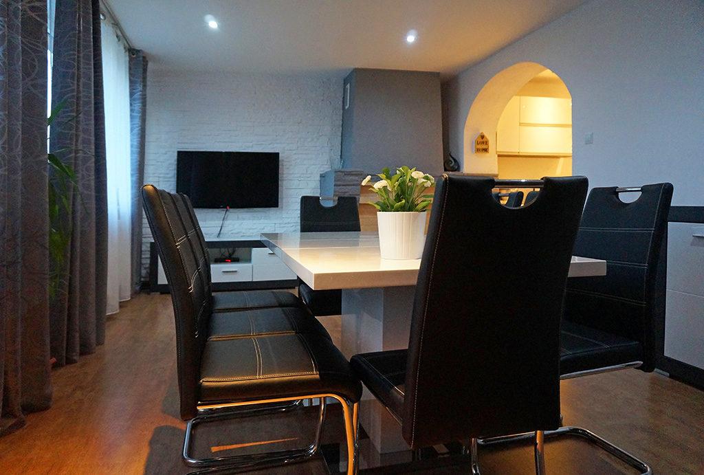 na zdjęciu przestronny salon w mieszkaniu do wynajęcia Wrocław Leśnica
