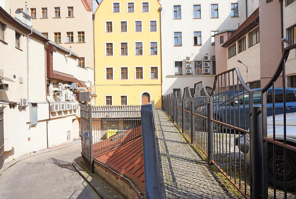 widok od podwórka na kamienice, gdzie mieści się oferowane do sprzedaży mieszkanie Wrocław Stare Miasto
