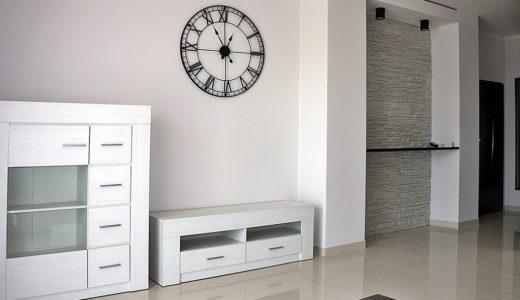 na zdjęciu przedpokój z charakterystycznym zegarem w mieszkaniu na wynajem Wrocław Stare Miasto