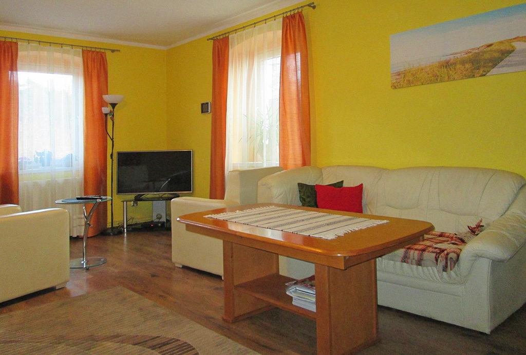 przestronne wnętrze salonu w mieszkaniu do sprzedaży Wrocław (okolice)