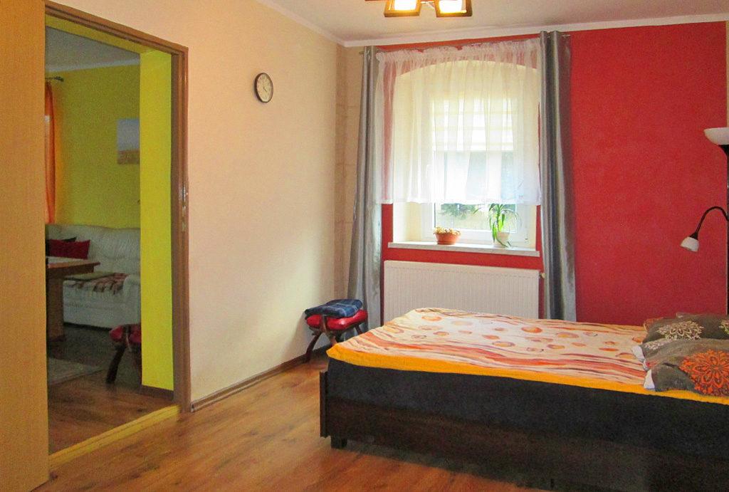 widok na zaciszną sypialnię w mieszkaniu do sprzedaży Wrocław (okolice)