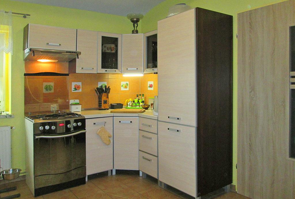 fragment umeblowanej kuchni w mieszkaniu na sprzedaż Wrocław (okolice)