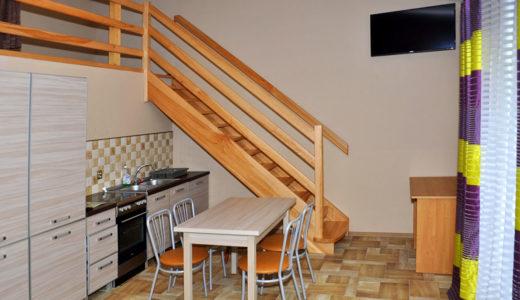 zdjęcie prezentuje jadalnię oraz wejście na antresolę w mieszkaniu do wynajęcia Wrocław okolice